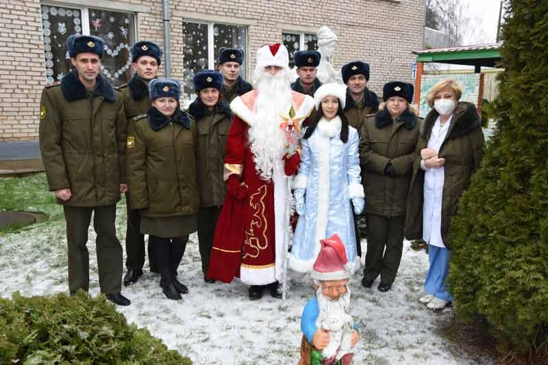 Военнослужащие поздравили ребятишек