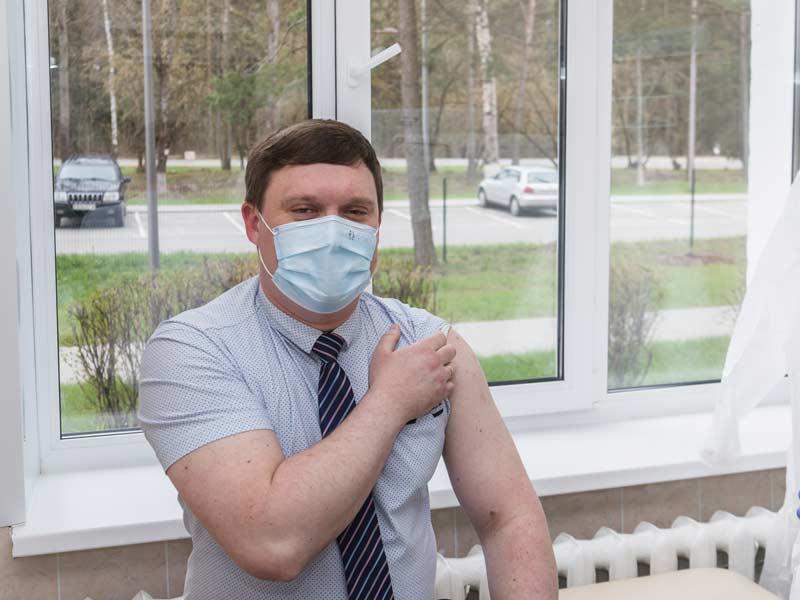 Главврач Борисовской больницы, его заместитель, супруга-медик и журналист «А» привились от «короны». Зачем?