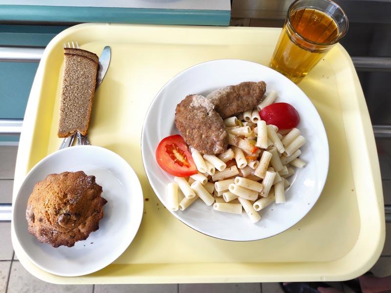 Время обеда: к двум часам остались лишь макароны с котлетой