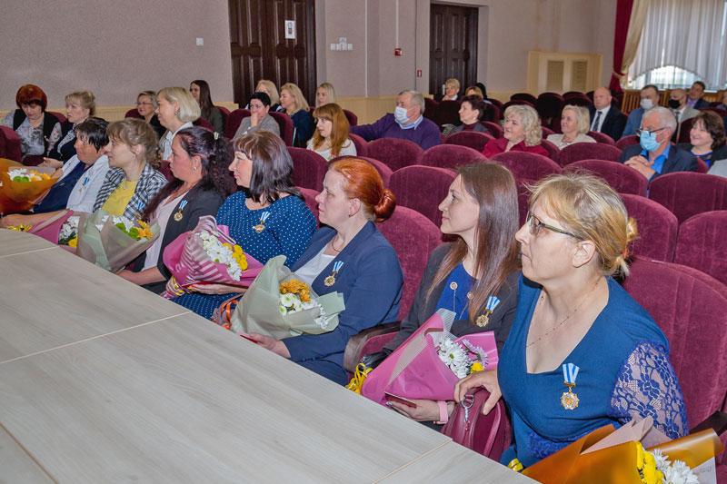 Орденоносные мамочки: еще семерым жительницам Борисовщины вручены высокие награды