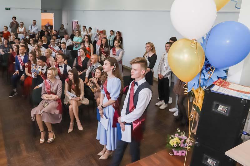 Фотофакт: выпускники 18 школы получили «путевки» во взрослую жизнь