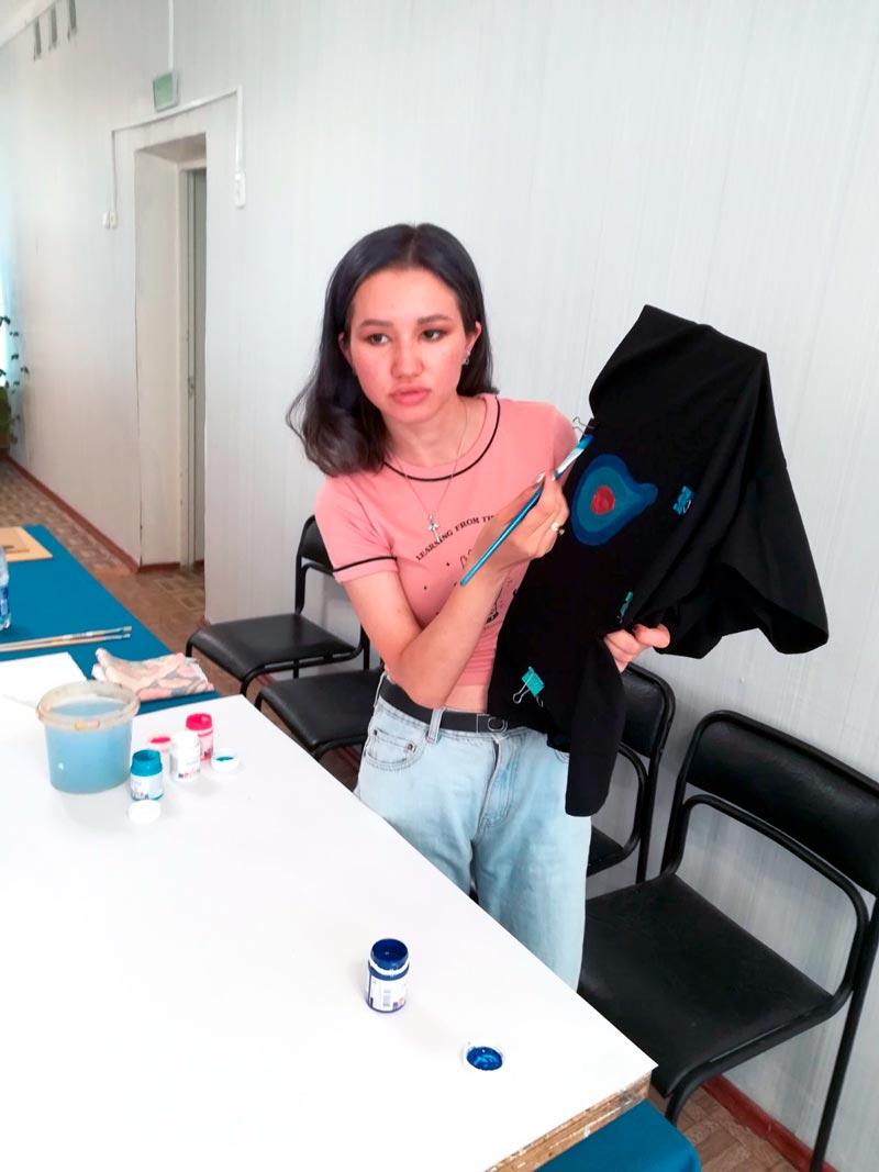 Художница из Казахстана обучала борисовчан «тюнингу»… одежды