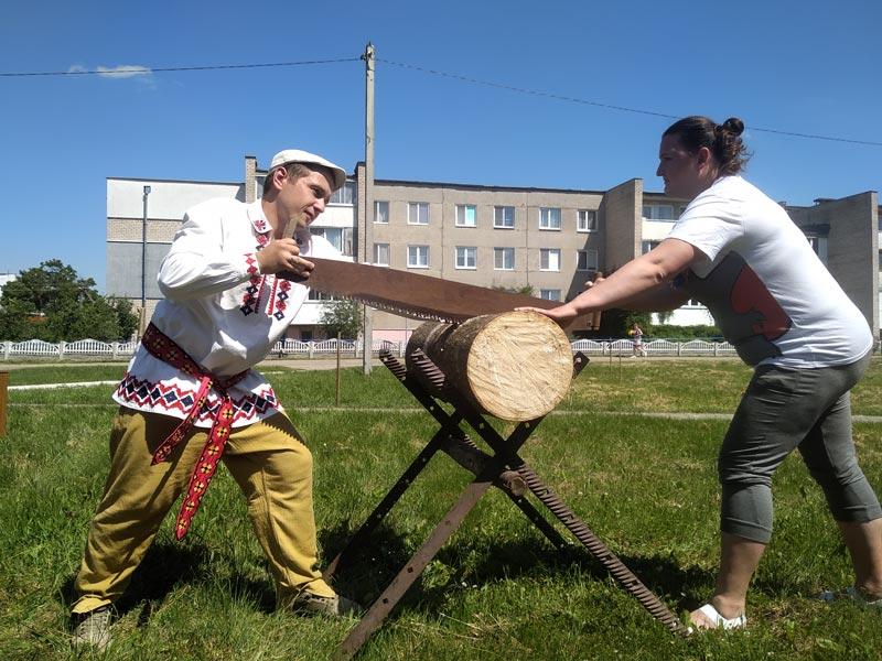 Кололи дрова и пели, гвозди заколачивали и жен на руках носили: фоторепортаж с необычного конкурса