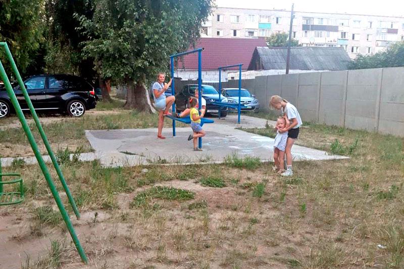 Площадка есть, а детворе играть негде. Как так получилось, попробуем разобраться