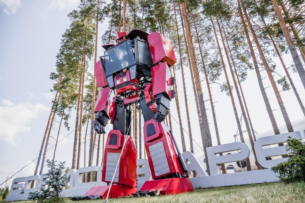 Клуб «БАТЭ» заказал у тракторного завода робота-трансформера. Теперь возле стадиона еще одна локация для снимков