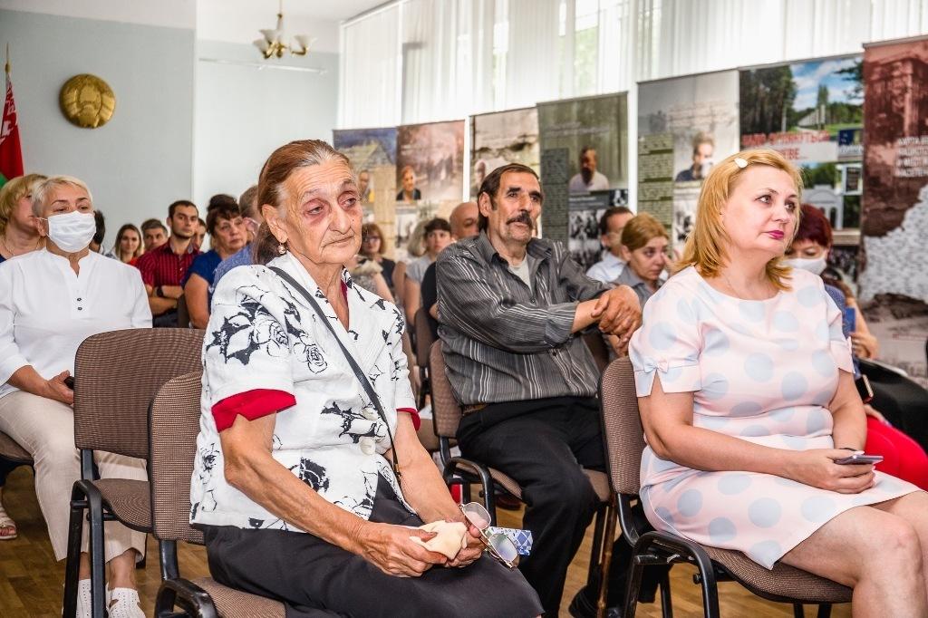 «Мы выжили благодаря партизанам, от них была защита, приют и еда»: документальная выставка о геноциде народа рома открылась в Борисове