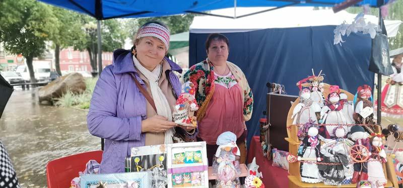Дождь празднику не помеха: выставка предметов старины, ярмарка мастеров и концерт самодеятельности состоялись в Борисове и в непогоду