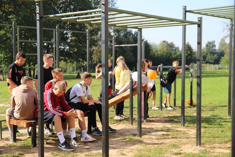 У школы №17 обновка: рассказываем, как открывали новую воркаут-площадку. А заодно собрали для турнира учеников со всего района