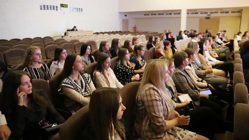 Загазованность в городе, любимая книга главы района и конструктивные предложения борисовчан. Геннадий Денгалёв встретился с молодыми педагогами